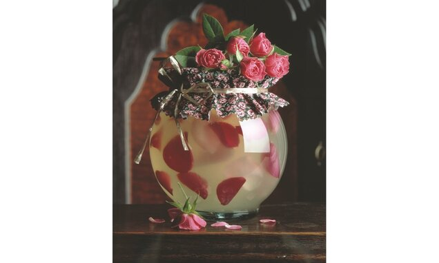 Galaretka z wina musującego z płatkami róży