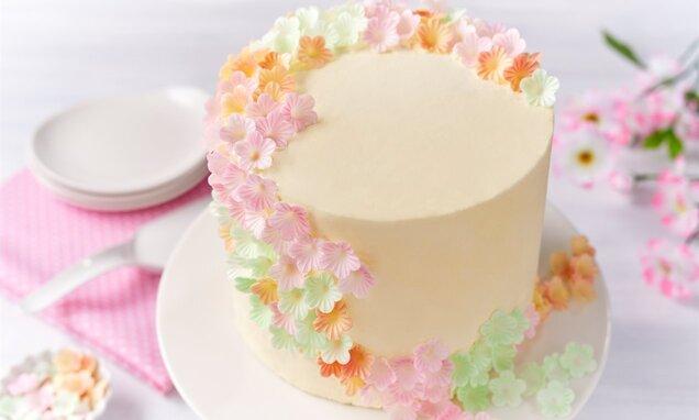 Maślany tort z malinami