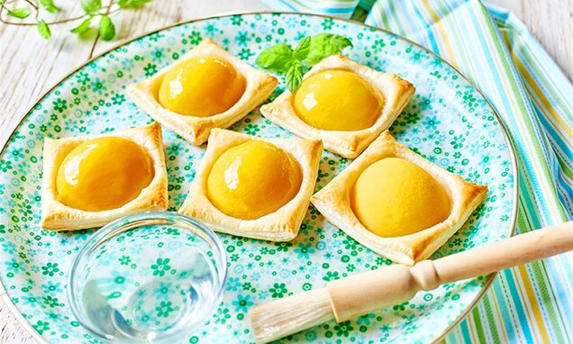 Ciasteczka francuskie z glazurowaną brzoskwinią