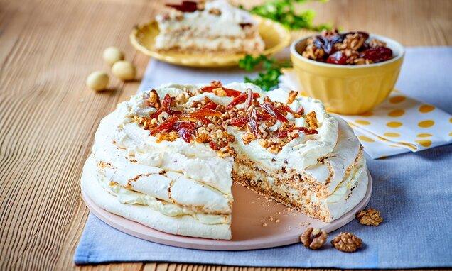 Tort Dacquoise z kremem waniliowym i daktylami