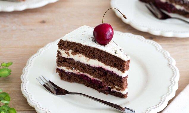 Czekoladowy tort z wiśniami