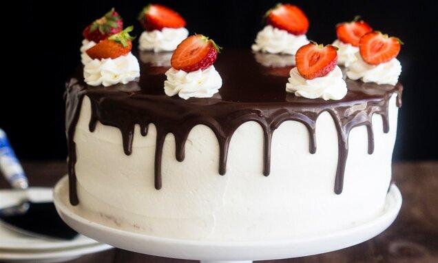 Tort z truskawkami i kremem budyniowym